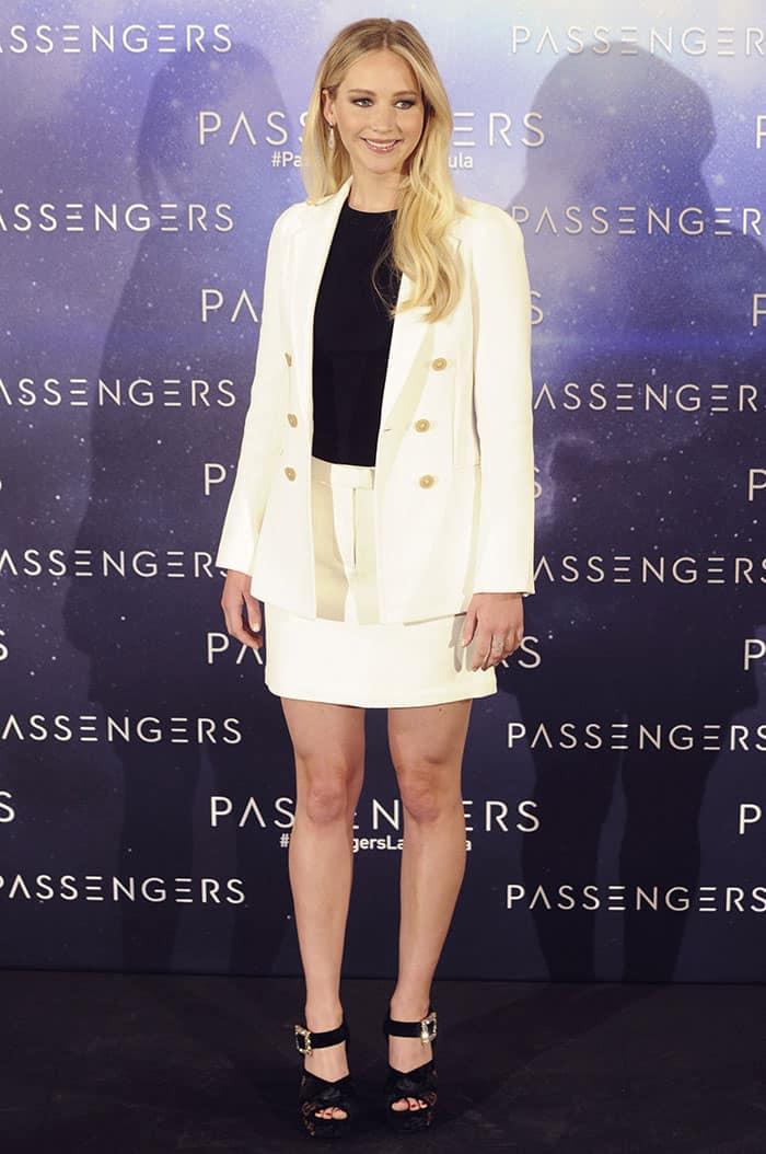 jennifer-lawrence-legs-white-blazer-shorts