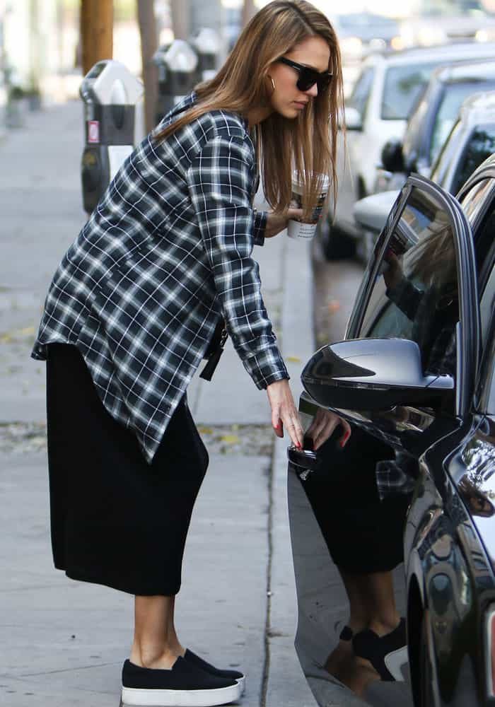 53e1797adb1d Jessica Alba Grabs Breakfast in Vince  Warren  Sneakers