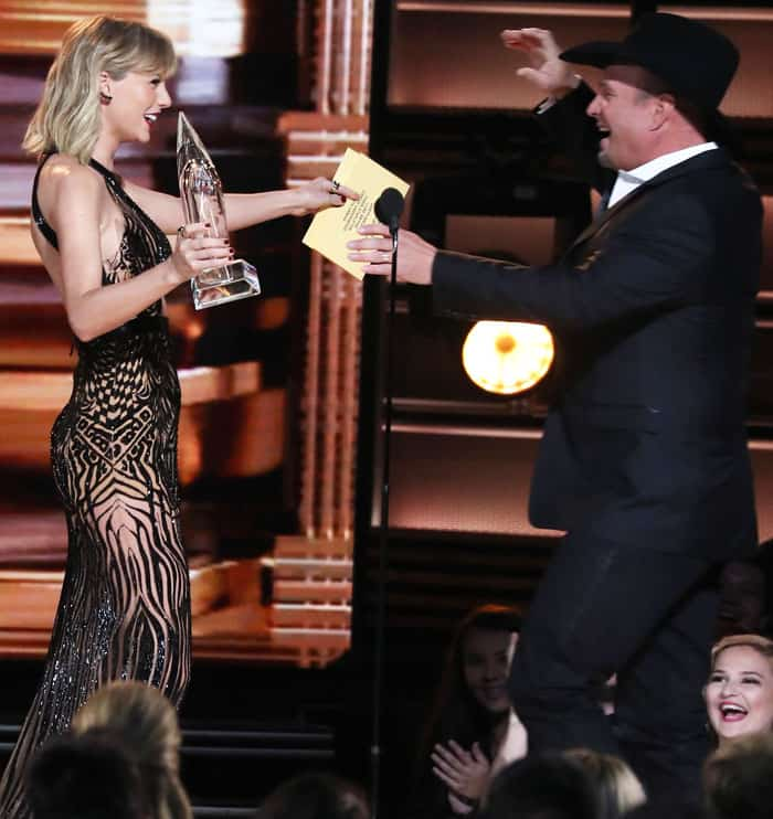 "T-Swift presents the ""Entertainer of the Year"" award to Garth Brooks"
