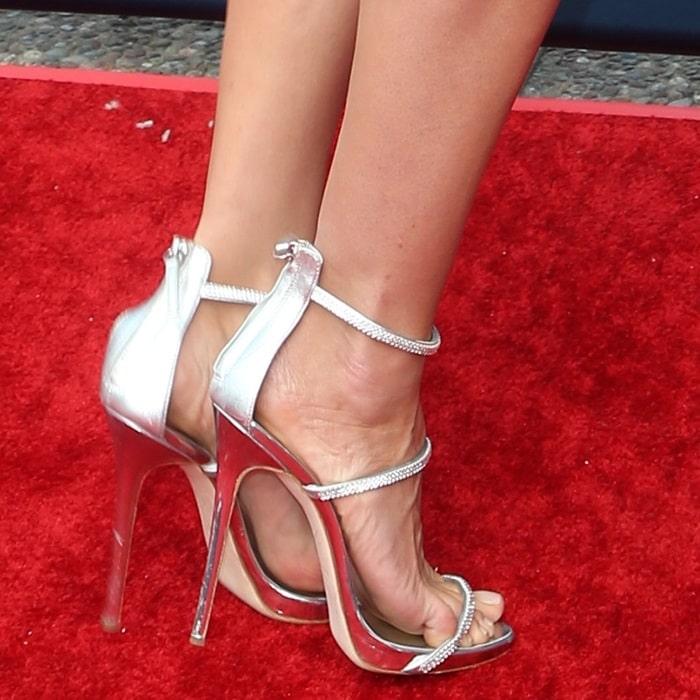 Heidi Klum's feet inGiuseppe Zanotti'ssilver 'Harmony Sparkle' sandals
