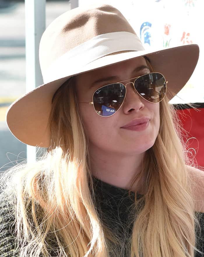 hilary-duff-ray-ban-sunnies-hat