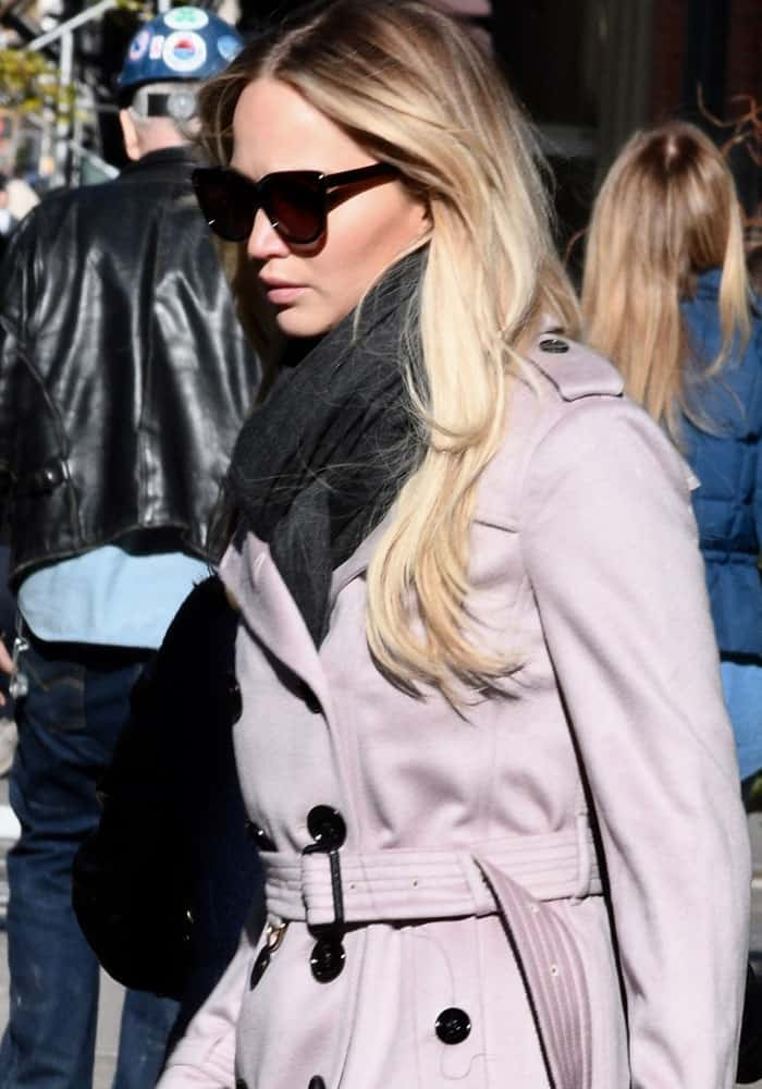 Jennifer Lawrence wearing a gray scarf in New York on December 5, 2016