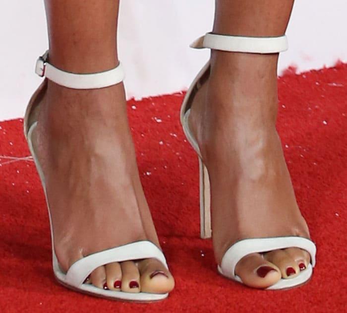naomie-harris-manolo-blahnik-white-sandals-1