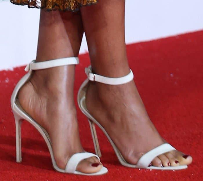 naomie-harris-manolo-blahnik-white-sandals