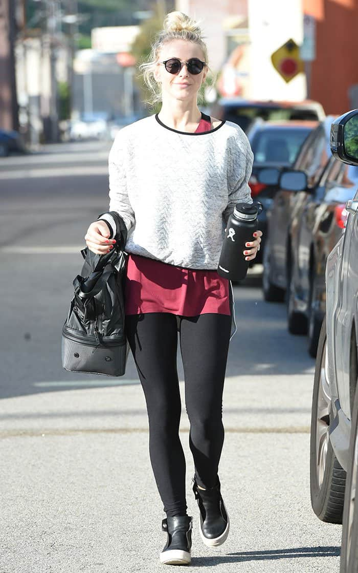 Julianne Hough's black yoga pants that perfectly clung to her legs