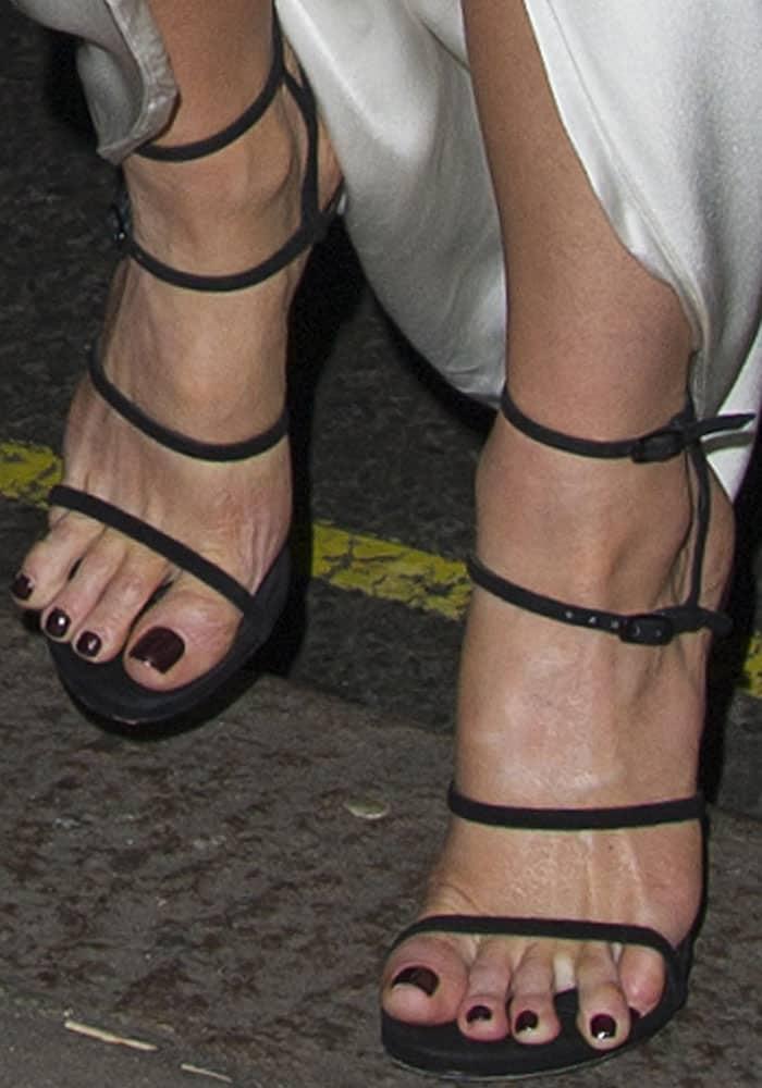 "Kate shows off a slight toe overhang in the Stuart Weitzman ""Courtesan"" sandals"
