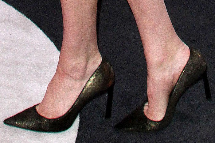 Kate Upton shows off her feet in pointy-toe pumps with an iridescent gold sheen