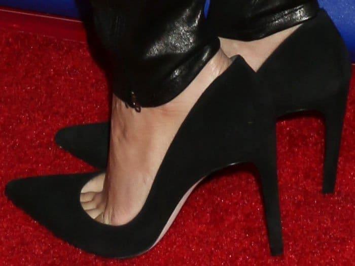 Vanessa Hudgens reveals toe cleavage in fail-proof Stuart Weitzman Legend pumps