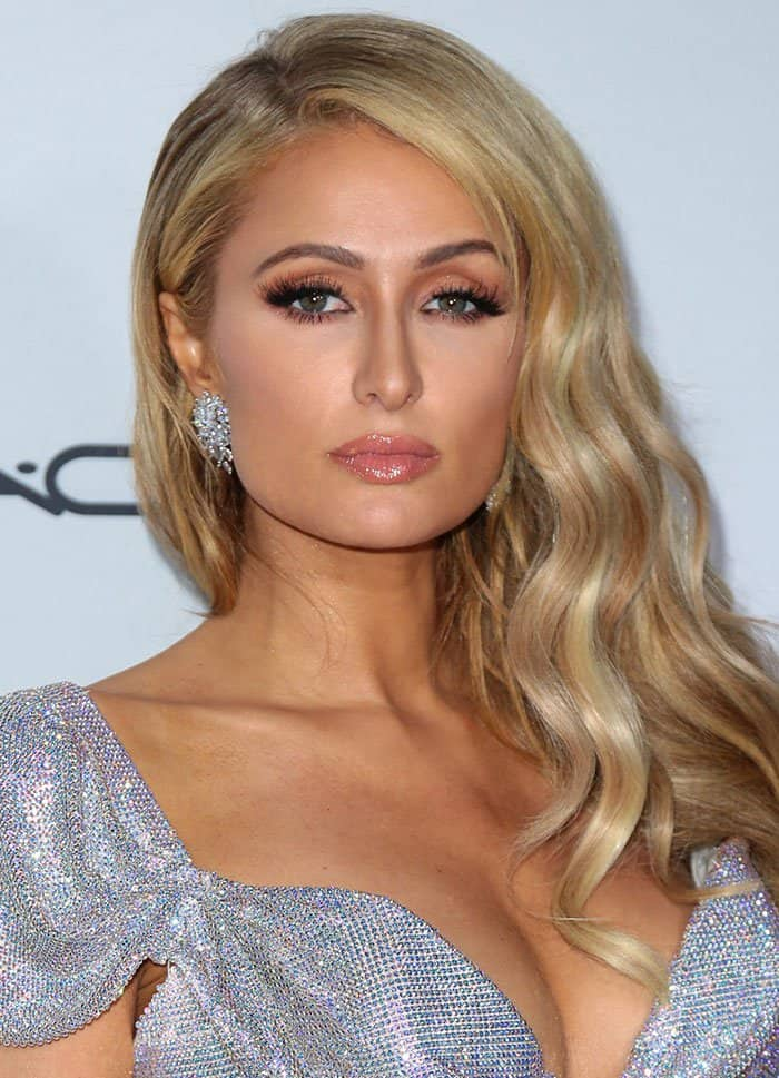 Paris Hilton wore her blonde hair in side-parted glamorous waves