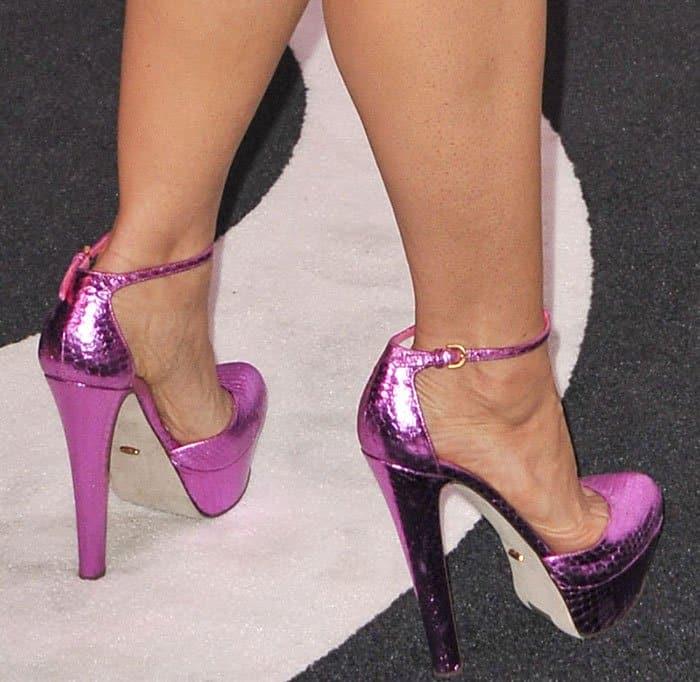 Salma Hayek Classy In Gucci Dress And Metallic Pink Pumps