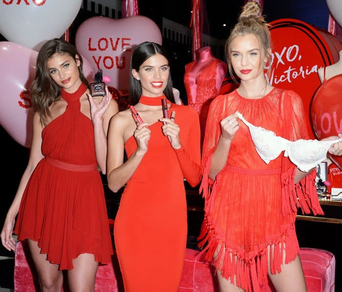 Taylor poses with co-Angels Sara Sampaio and Josephine Skriver