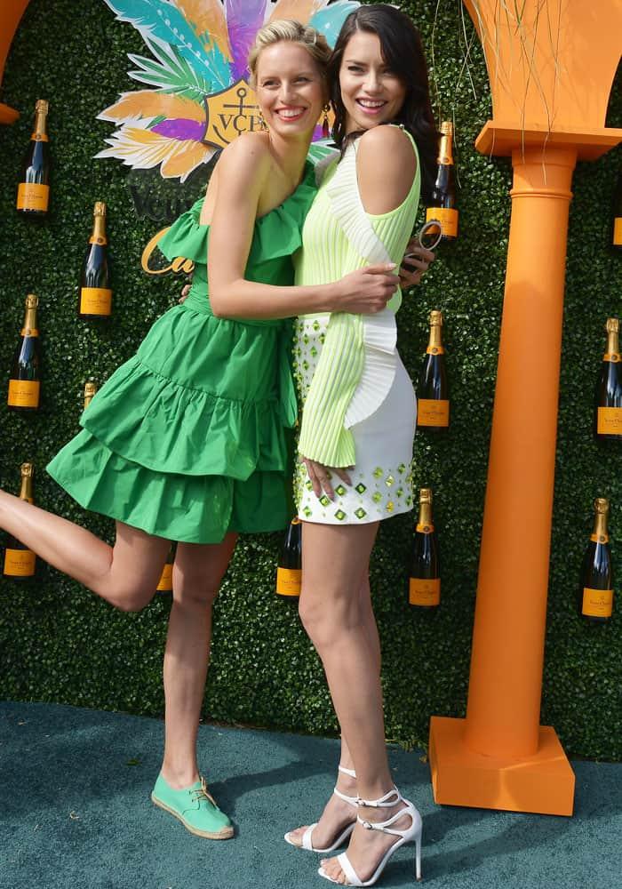 Adriana adorably poses with long-time friend and co-Angel Karolina Kurkova