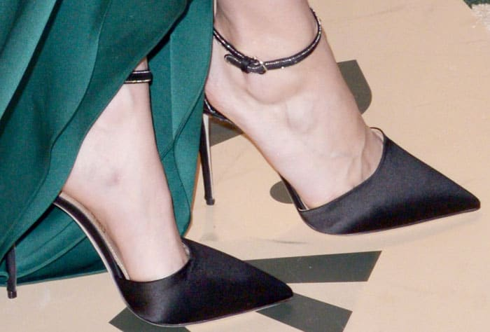 Brie goes unconventional with a pair of black satin pumps with an emerald green gown