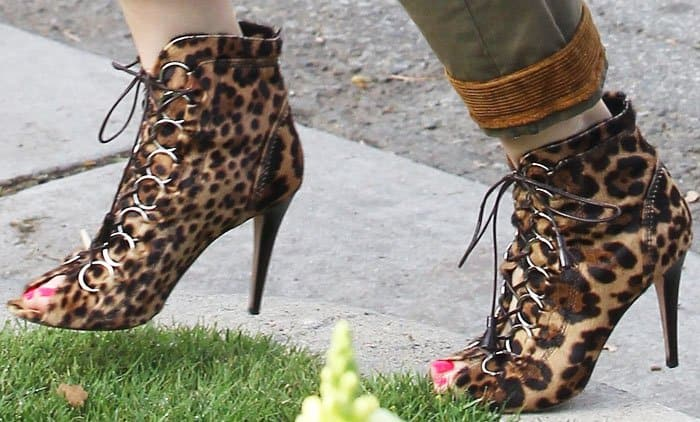 Gwen put of bit of fierceness into her casual look with a pair of leopard booties
