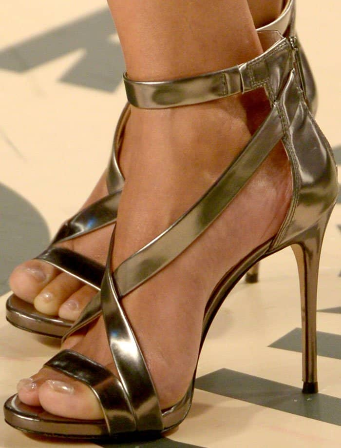 """Halle Berry's pretty feet in Vince Camuto """"Devin"""" sandals in metallic leather"""