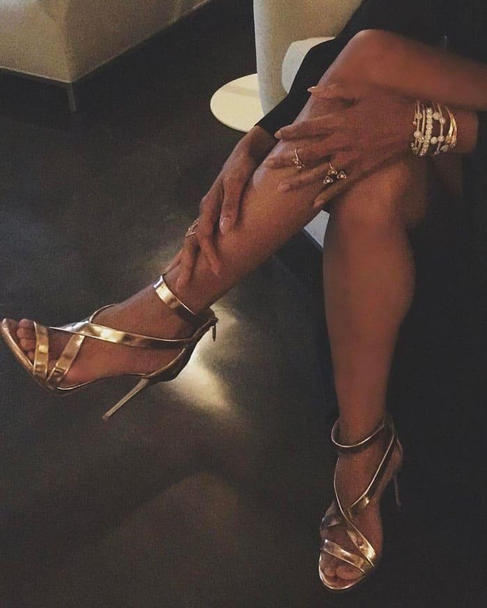 "Halle's stylist Lindsay Flores shows her Vince Camuto ""Devin"" sandals pre-Oscars"