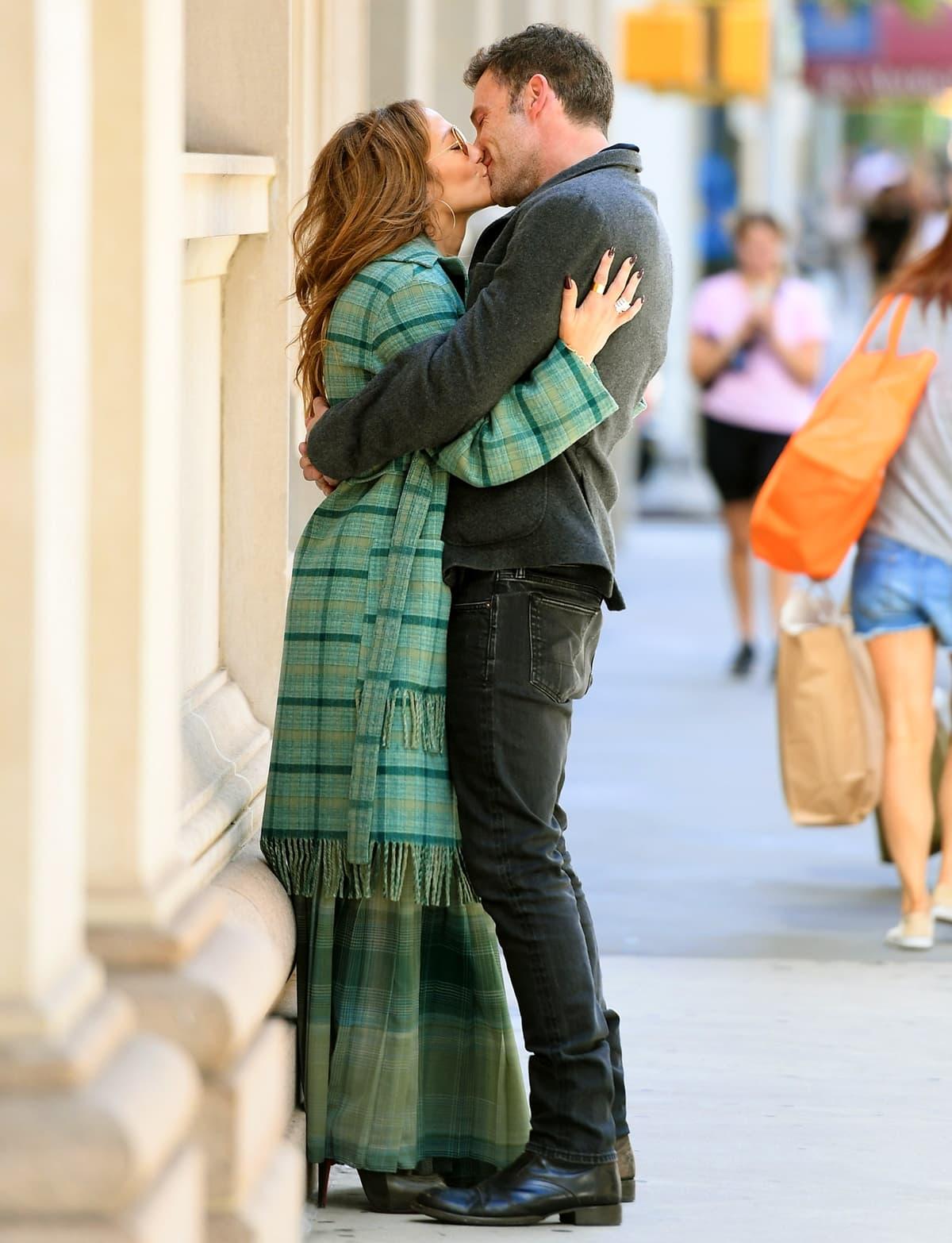 Jennifer Lopez and Ben Affleck make out on the sidewalk