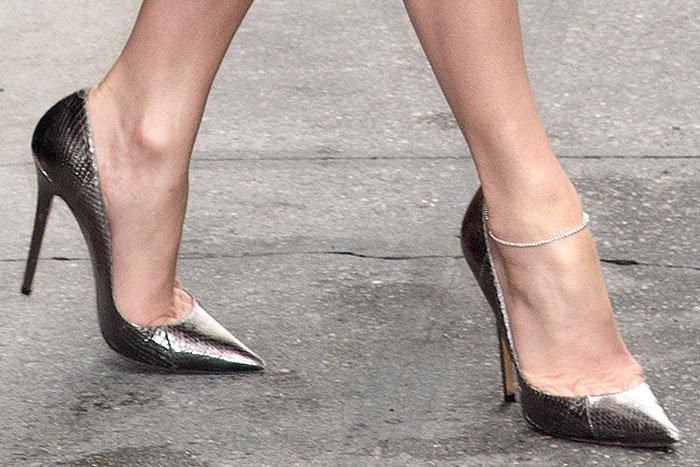 """Jennifer Lopez shows off her feet in Jimmy Choo's """"Anouk"""" pumps in smoke watersnake"""