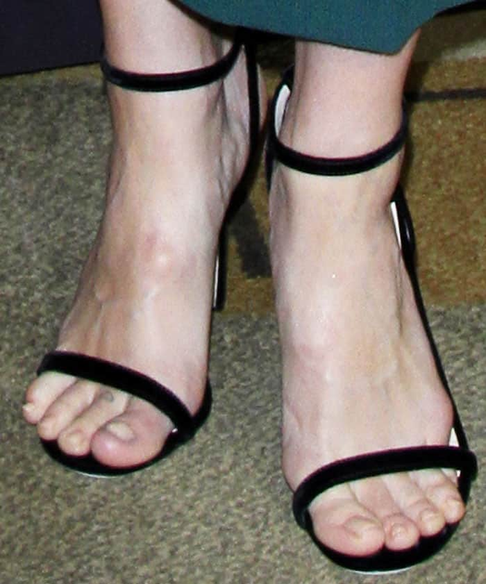 """The actress went for the classic Jimmy Choo """"Minny"""" sandals to complete her look"""