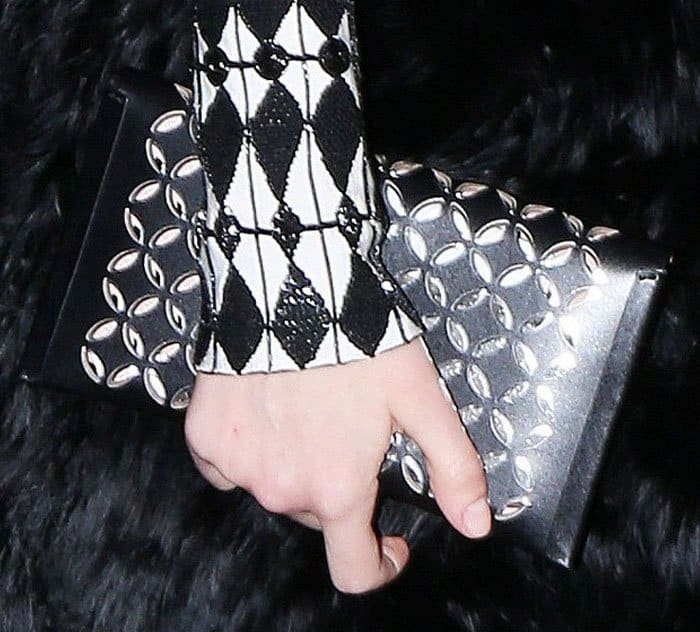 Scarlett echoed her two-tone look with her Alaïa clutch