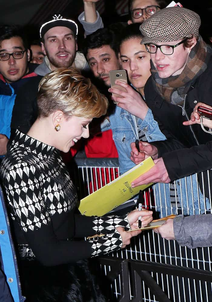 Scarlett signs autographs for her French fans