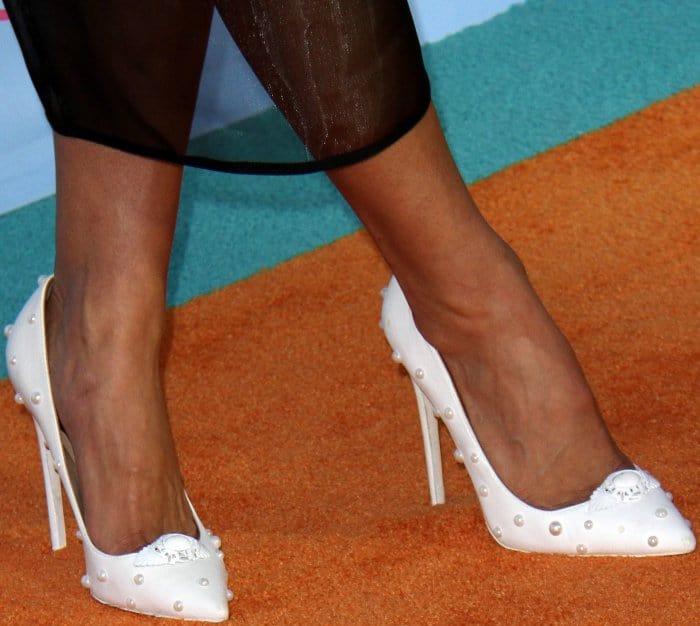 Nikki Bella wearing white pointy-toe pumps at the 2017 Kids' Choice Awards