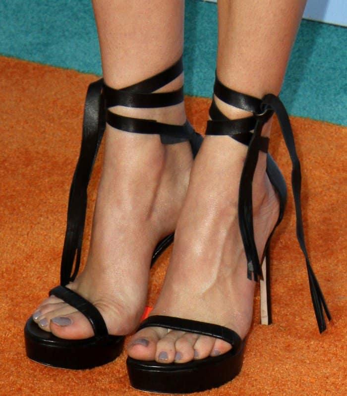 Peyton List wearing black sandals at the 2017 Kids' Choice Awards