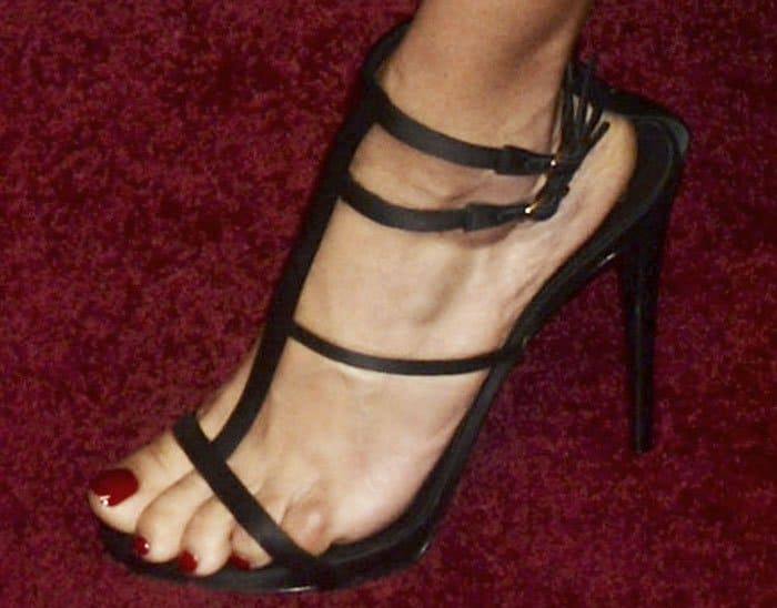 """Adriana dons a pair of sexy Giuseppe Zanotti """"Anne"""" sandals in black"""