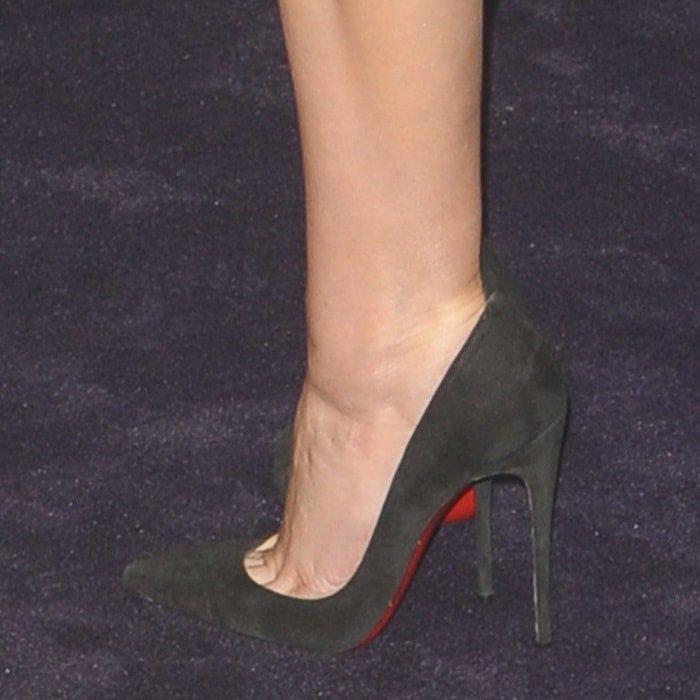 Elizabeth Olsen's toe cleavage in 'Iriza' pumps