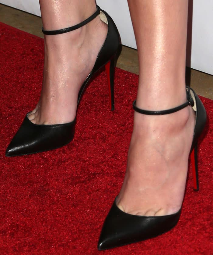 """Hailee injected a little bit of seriousness into her look with a pair of Christian Louboutin """"Uptown"""" pumps"""
