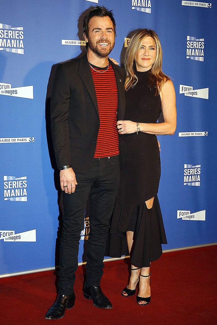 Jennifer Aniston and Justin Therouxcouldn't resist adding a touch of their laid-back, effortless style to their dressy outfits