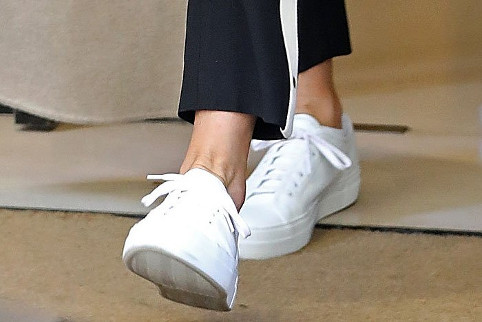 Even the soles of Jennifer Aniston's white sneakers look clean