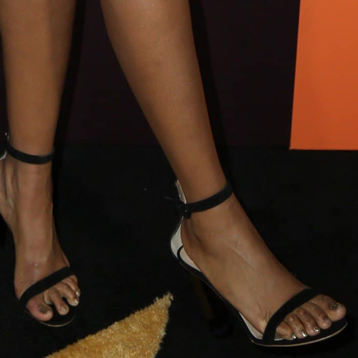Jennifer Hudson showing off her corny feet in black ankle-strap heels
