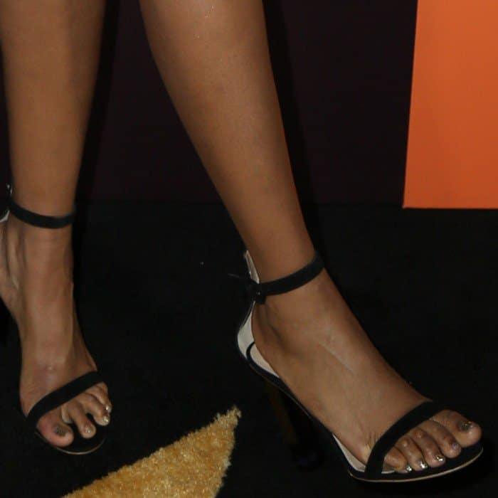 Jennifer Hudson showing off her corny feet in black ankle-strap heels