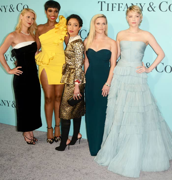 Jennifer poses with other celebrities at the event