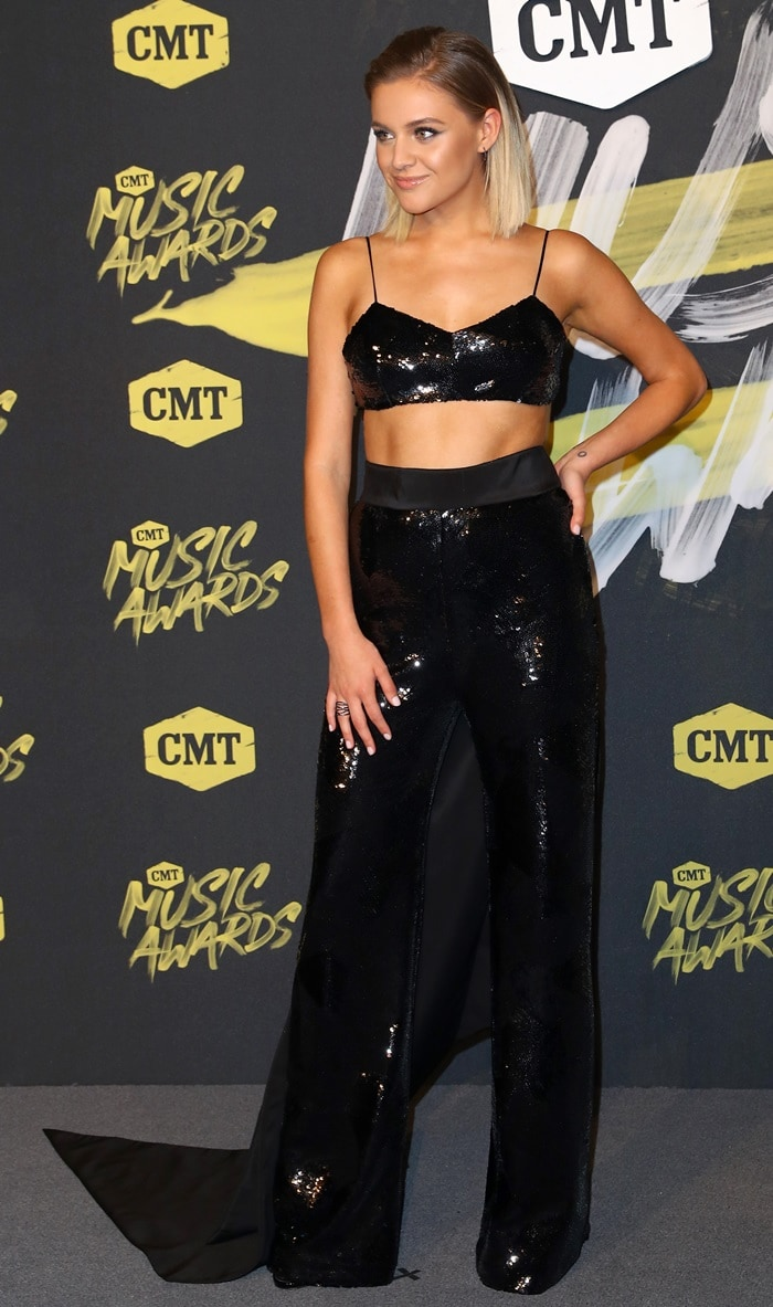Kelsea Ballerini flaunted her abs in a Brandon Maxwell sequined crop top and matching high-waist pants