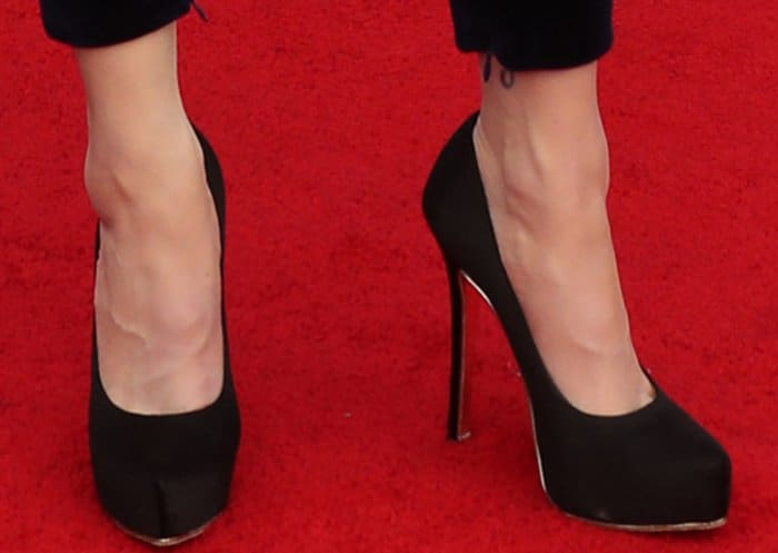 Evan Rachel Wood wearing Salvatore Ferragamo velvet pumps at the 2017 SAG Awards