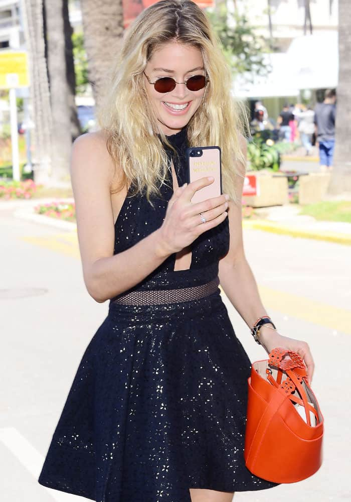 Doutzen Kroes takes a snap of the paparazzi on her phone