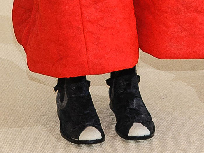 Closeup of the Comme des Garçons fall 2017 bow boots on Helen Lasichanh.