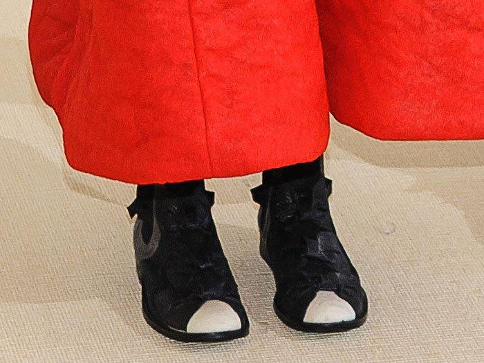 Closeup of the Comme des Garçons fall 2017 bow boots on Helen Lasichanh.
