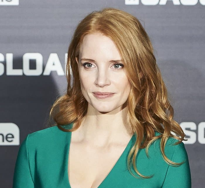 Jessica Chastain finished her look with loose waves and natural makeup
