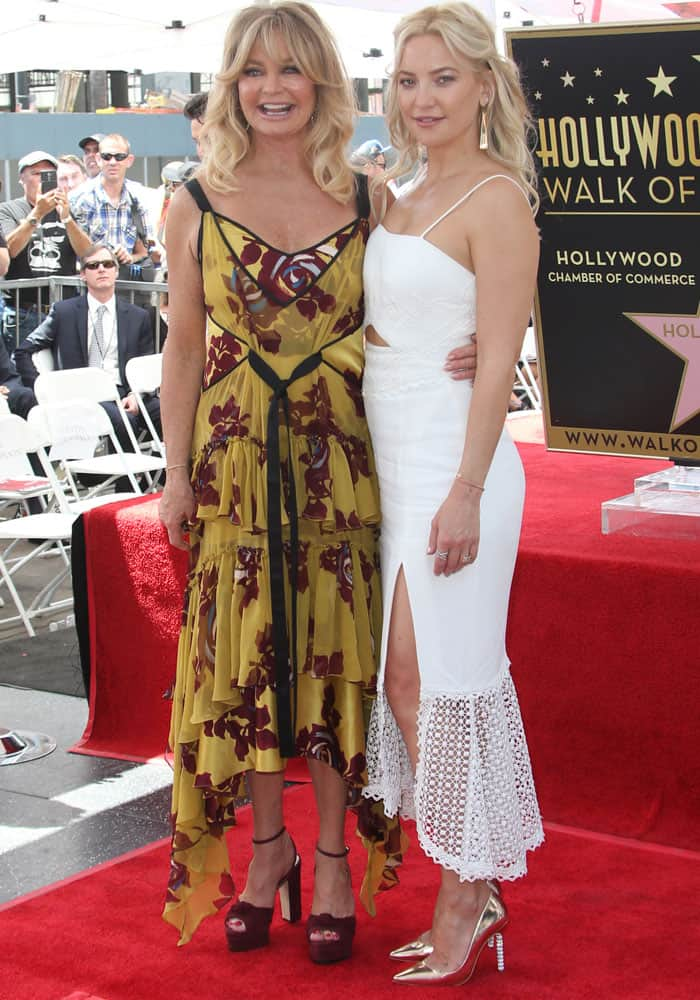 Kate poses with her mother, Goldie Hawn