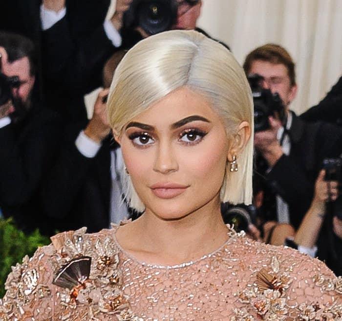 Kylie Jenner gold versace dress met gala