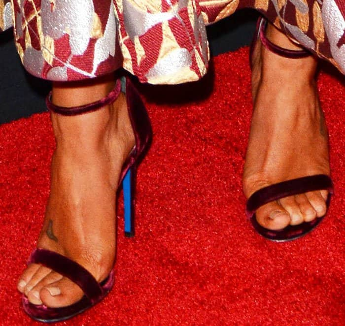 Lea paired her dress with velvet sandals from Loriblu