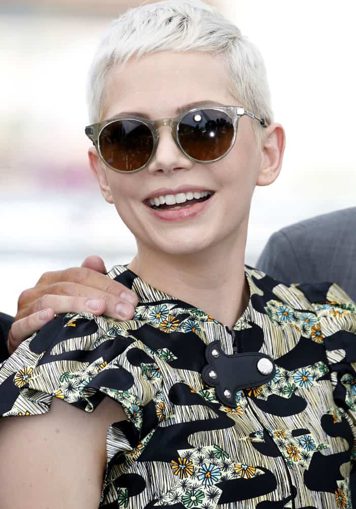 The actress wore a stylish pair of sunglasses before the photocall started