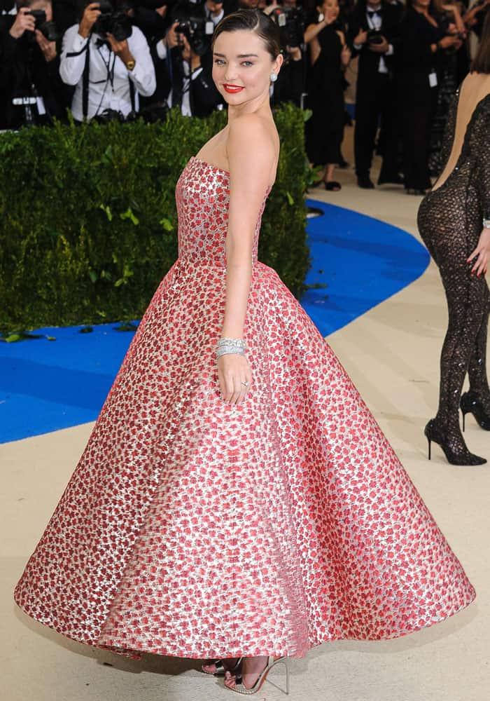 Miranda shows off the side view of her voluminous Oscar de la Renta gown