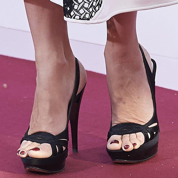 Penelope Cruz experiencing major toe overhang in her Casadei black satin slingback sandals