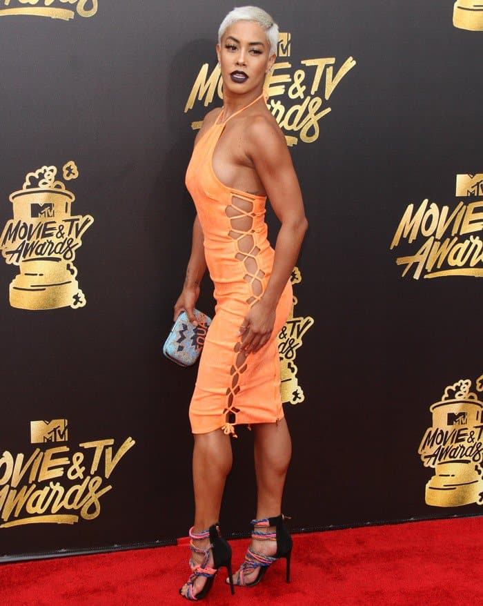 Sibley Scoles flashes sideboob at the 2017 MTV Movie & TV Awards