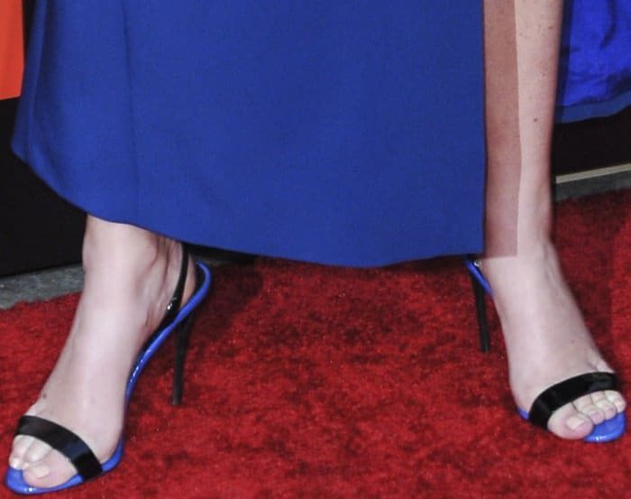 Amy Schumer shows off her feet on the red carpet