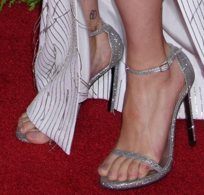 """Scarlett Johansson shows off her feet in Stuart Weitzman's """"Nudist"""" sandals"""